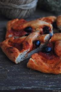 pizza rossa con timo e olive nere 8